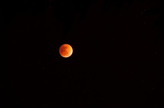 Eclipse totale de Lune du 28/09/2015. 20 secondes de pose sur 640 ISO au téléobjectif de 200mm monté en parallèle au télescope.